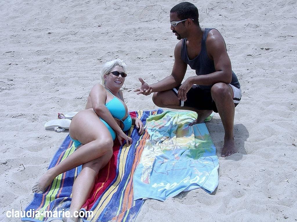 Always tits at the beach die Kleine!